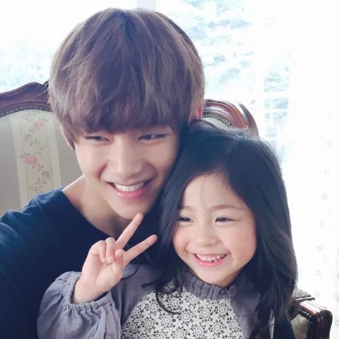 V with his little sister
