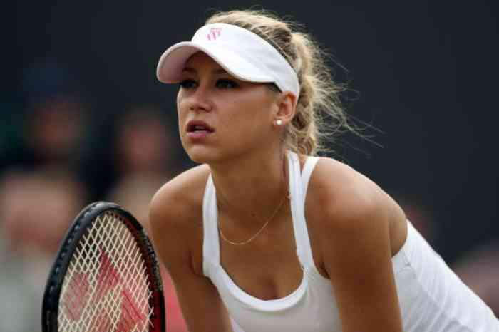 Anna Kournikova playing tennis